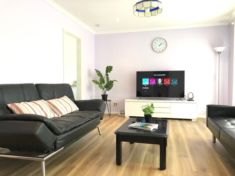 Canberra Entire House (3BR) Centre Heating, Free WiFi,Terrace, vacation rental in Phillip