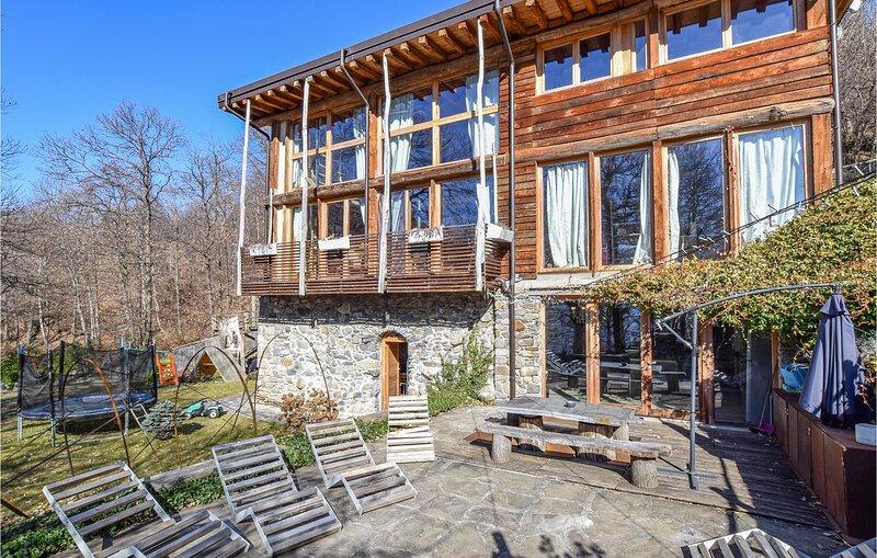 Nice home in Cedegolo with 4 Bedrooms (IVI178), location de vacances à Sellero