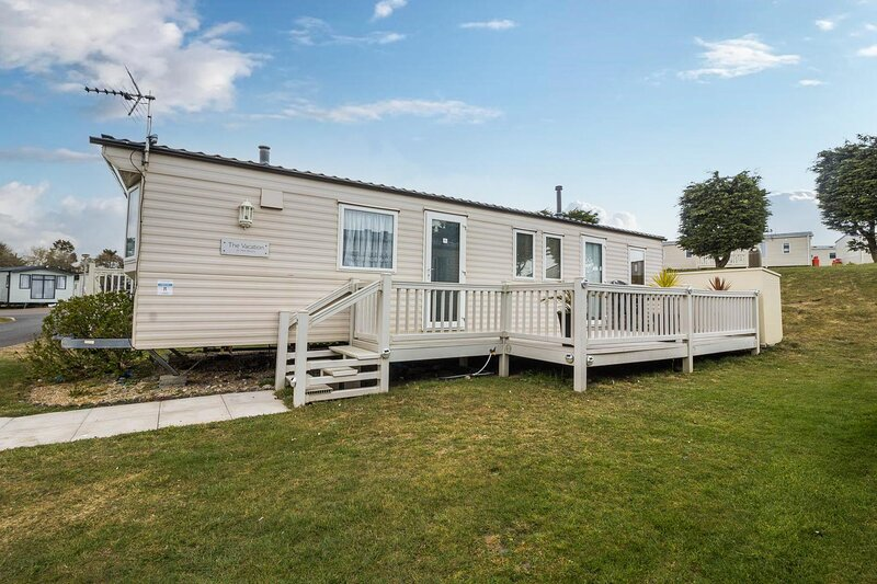 Spacious 8 berth caravan for hire at Kessingland Beach holiday park ref 90008PW, holiday rental in Henstead