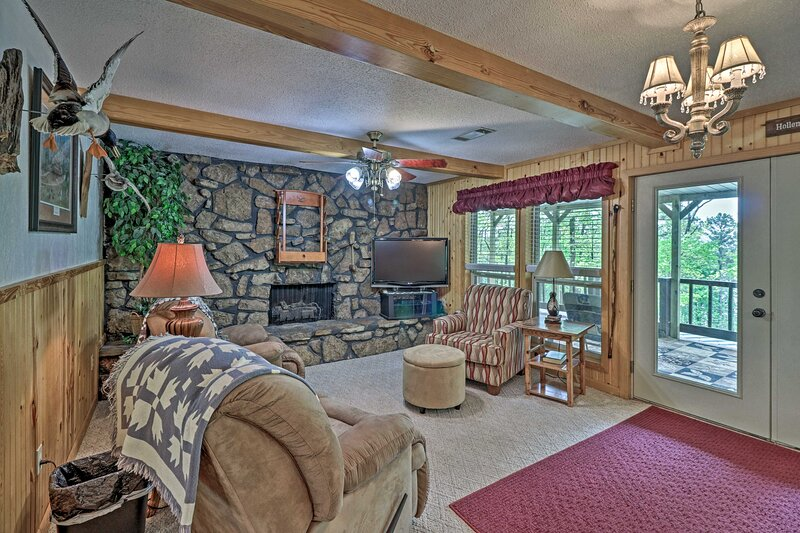 NEW! Secluded Edgemont House w/ Huge Outdoor Deck!, holiday rental in Shirley