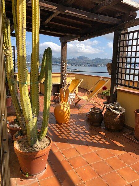 Appartamento ad Olbia con il terrazzo vista mare., holiday rental in Berchiddeddu