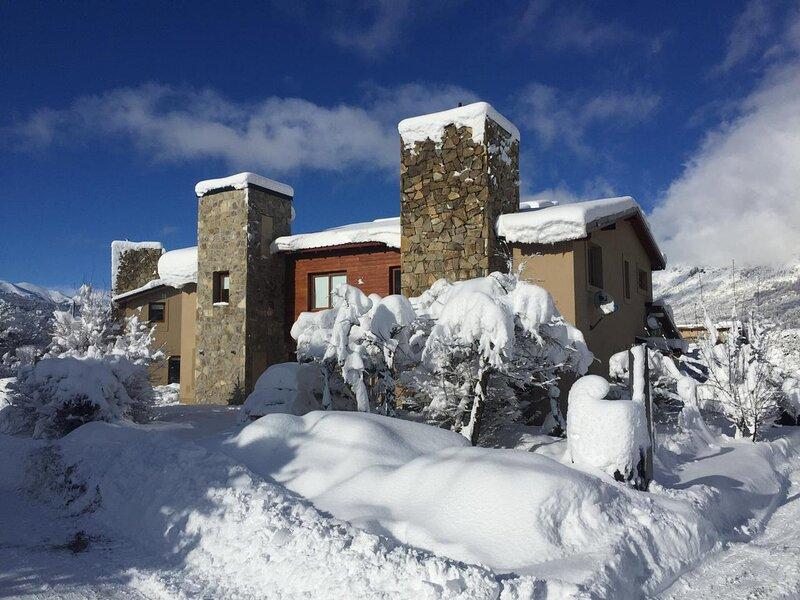 DUPLEX EN VILLA CATEDRAL CON PILETA CLIMATIZADA (TAB23), holiday rental in San Carlos de Bariloche