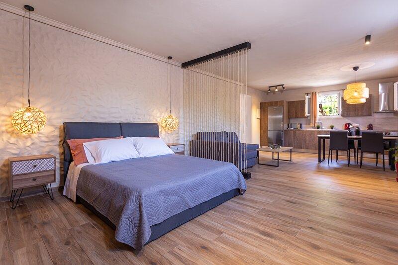 ⭐ Sandy Suite ★ Jacuzzi - 10min walk Ipsos beach ★, holiday rental in Sokrakion
