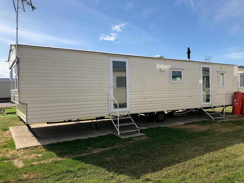 Lovely 8 berth caravan for hire at St Osyth Holiday Park in Essex ref 28002GC, holiday rental in Little Clacton