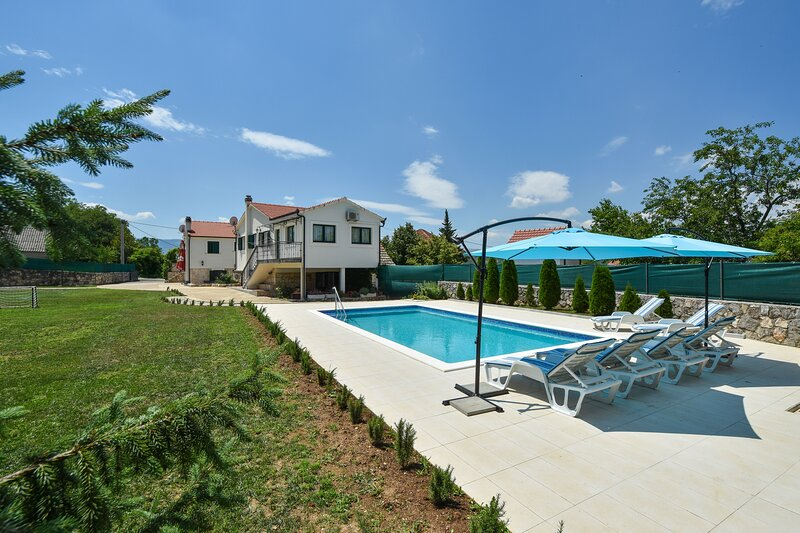 Green Oasis with Swimming pool + Grill house, location de vacances à Trilj