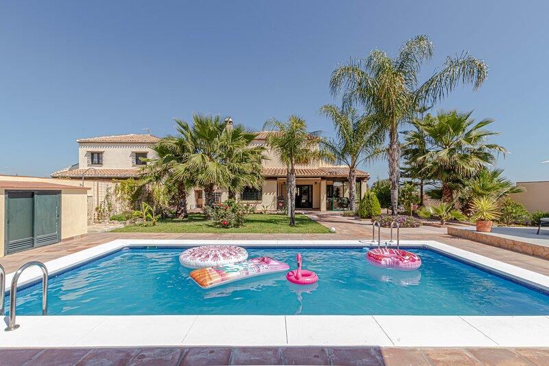 797 Holiday Rentals- VILLA KARMYR- Preciosa villa para 8 con piscina, holiday rental in Pinos de Alhaurin