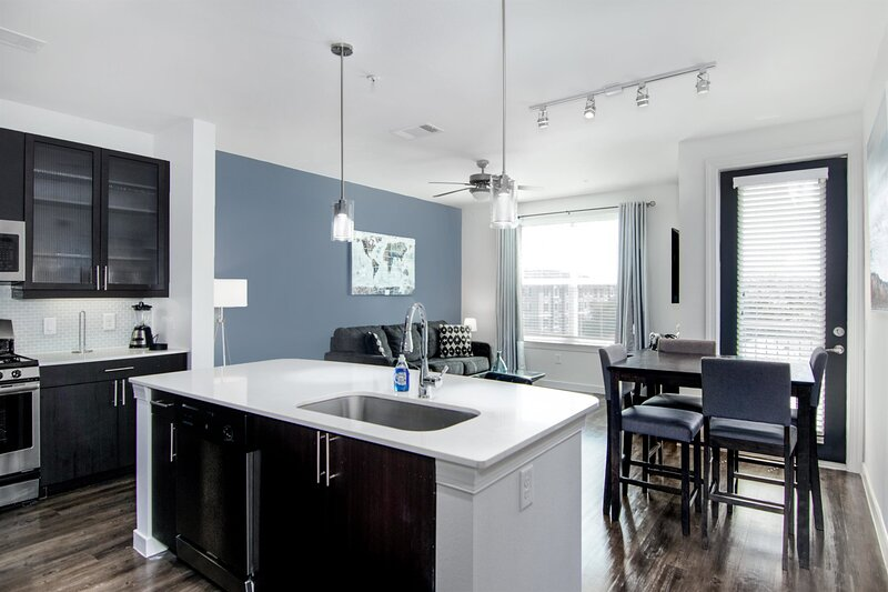 King Style Fully Equipped Elite Med Center Condo, holiday rental in Southside Place