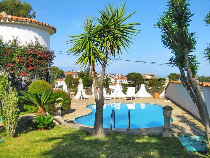 Spacious villa with swimming-pool, aluguéis de temporada em Macharaviaya