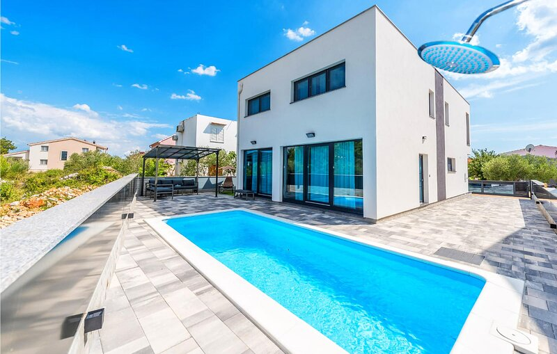Beautiful home in Srima with Outdoor swimming pool, WiFi and 4 Bedrooms (CDJ733), location de vacances à Prvic Luka