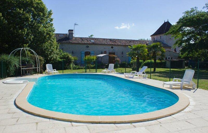 Amazing house with swimming-pool, location de vacances à Loubes-Bernac