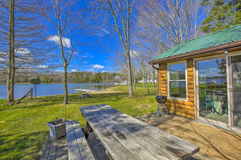 NEW! Lakefront Log Cabin - Boat, Swim, and Fish!, vacation rental in Weidman