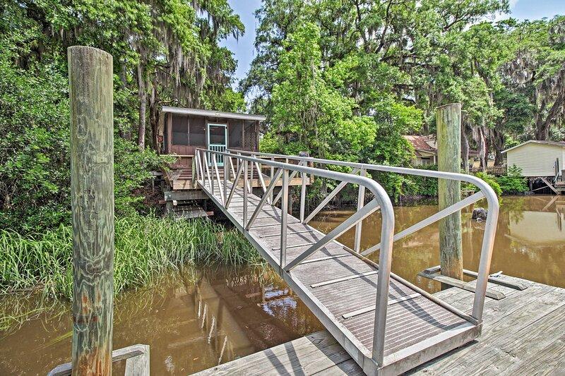 NEW! Rustic Midway Retreat w/ Deck & Creek Access!, holiday rental in Shellman Bluff