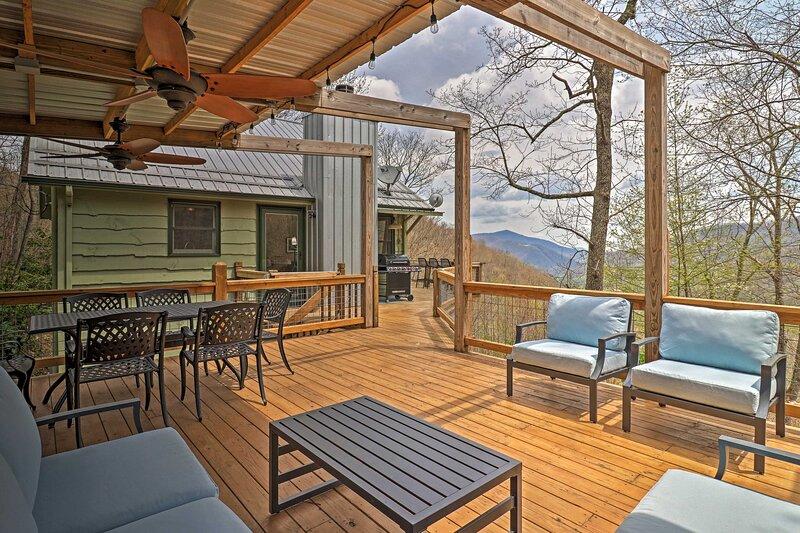 Serene 'Mountain Mist' Retreat w/ Deck & Hot Tub!, location de vacances à Maggie Valley