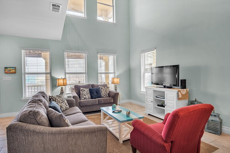 Furniture,Living Room,Room,Indoors,Couch