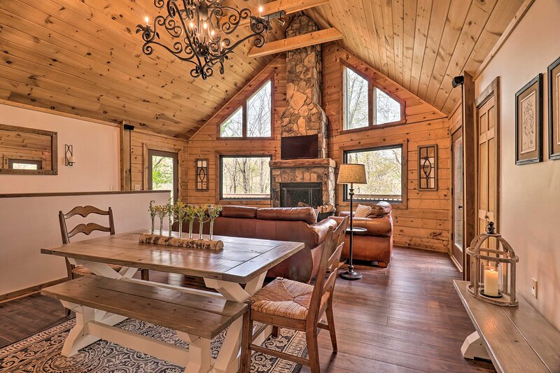 NEW! Expansive Whisper Lake Retreat w/ Hot Tub!, alquiler vacacional en Sapphire