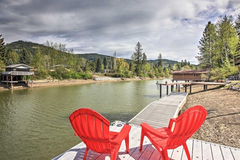 NEW! Expansive Waterfront Escape w/ Kayaks + SUPs!, location de vacances à Laclede