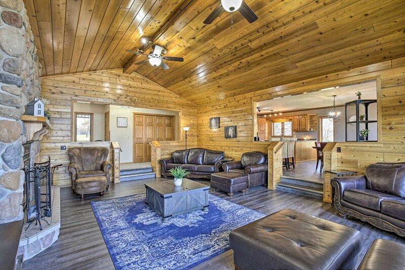 NEW! Lakefront Family Cottage: Deck, Dock & More!, alquiler vacacional en Mosinee