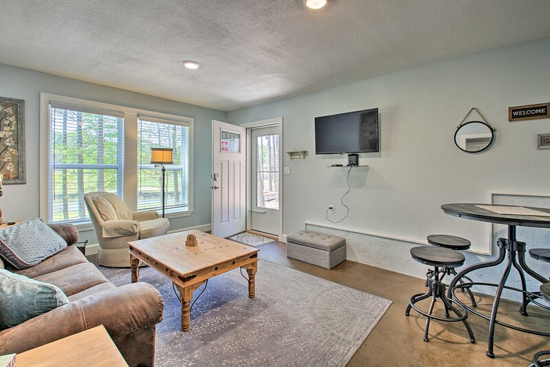 NEW! Romantic Hot Springs Apt: Golf Course Views!, holiday rental in Fountain Lake