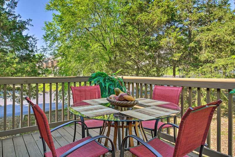 NEW! Charming Lake-View Getaway, 7 Mi to The Strip, vacation rental in Point Lookout