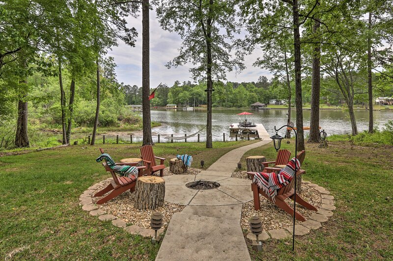 NEW! Lakefront Sparta Home: Fire Pit, Dock & Kayak, alquiler de vacaciones en Haddock