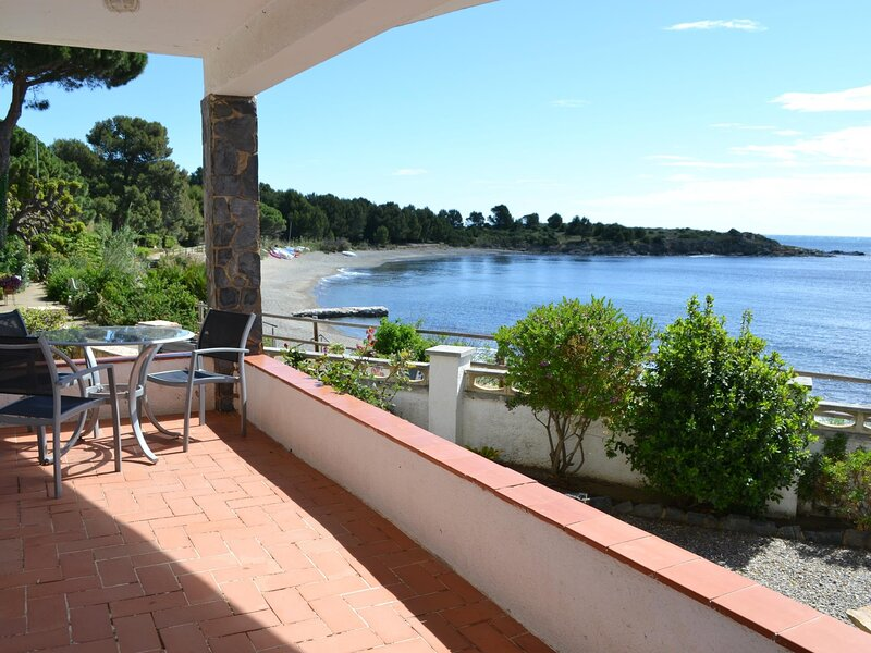 CAP RAS 4 Apartment in the sea front!, holiday rental in Colera
