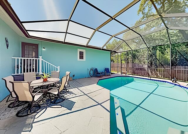 Screened Pool & Patio Oasis   Fenced Yard   Walk to Preserve & Playground, alquiler vacacional en Safety Harbor