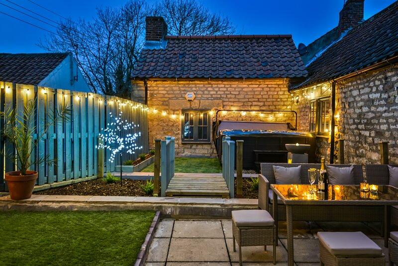 Private garden rooftop terrace with hot tub, location de vacances à Levisham
