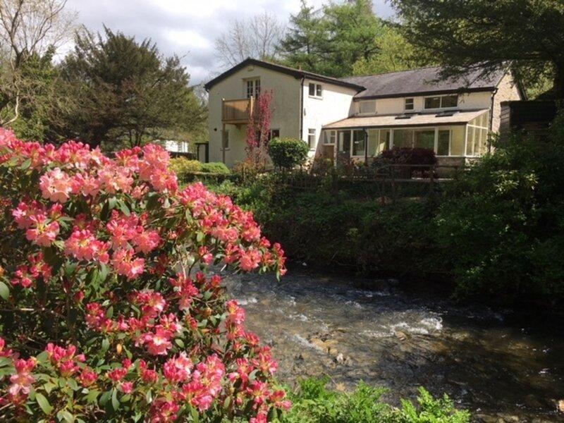 Immaculate 4-Bedroom Riverside House near Denbigh, holiday rental in Denbigh