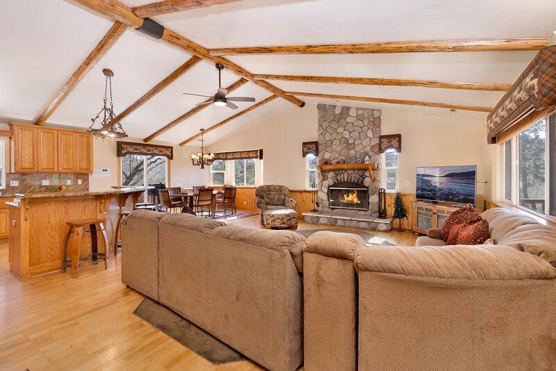 Golden Oak Views Ultra Modern Single Story Log Cabin / Prime Central Location, holiday rental in Big Bear Region