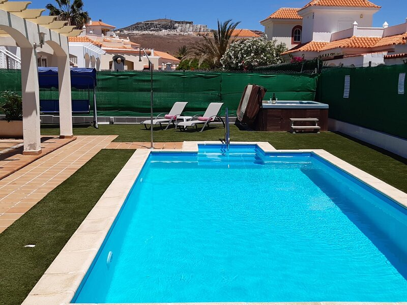 Villa Dwarika, Home Away From Home, with private heated pool and Jacuzzi, location de vacances à Caleta de Fuste