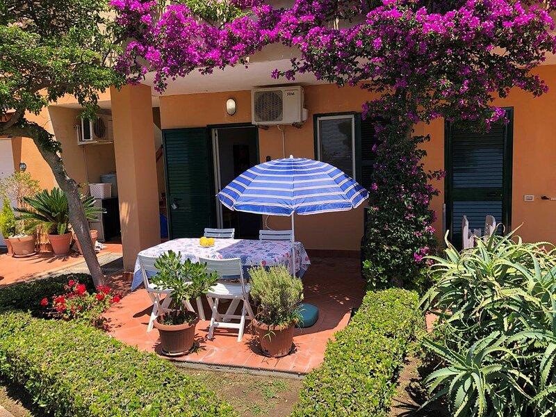 2 bedroom apartment in beautiful Marasusa,  pool with stunning gardens, alquiler de vacaciones en Province of Vibo Valentia