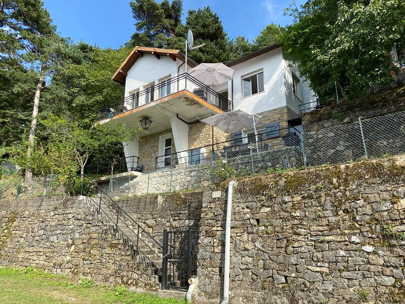 Spacious mountain villa with spectacuar views, holiday rental in Castel Vittorio
