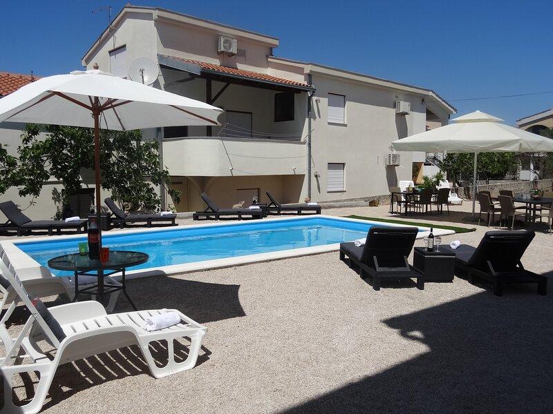 Modern island apartment with pool 80 meters from sea Sea view from balcony, aluguéis de temporada em Zdrelac