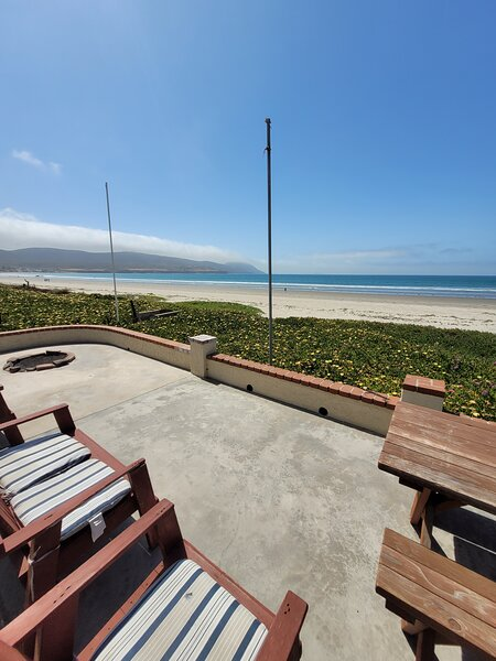 Awesome Home Right on the Beach with Spectacular Views, alquiler de vacaciones en Ensenada