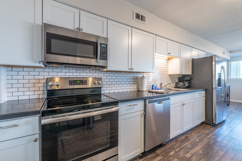Stylish & Comfy | 5⭐️Location, Views, Queen Beds, vacation rental in Burlington