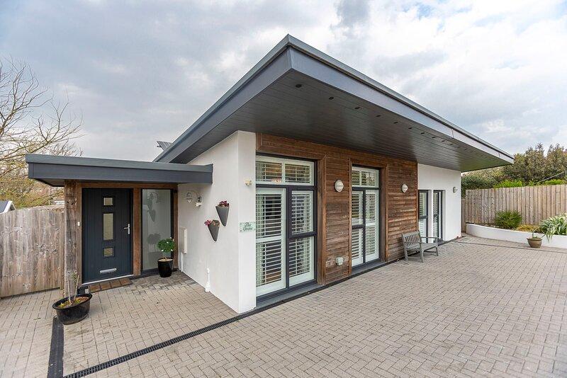 The Grove -  Beautiful contemporary house close to sandy beaches, location de vacances à Lynstone