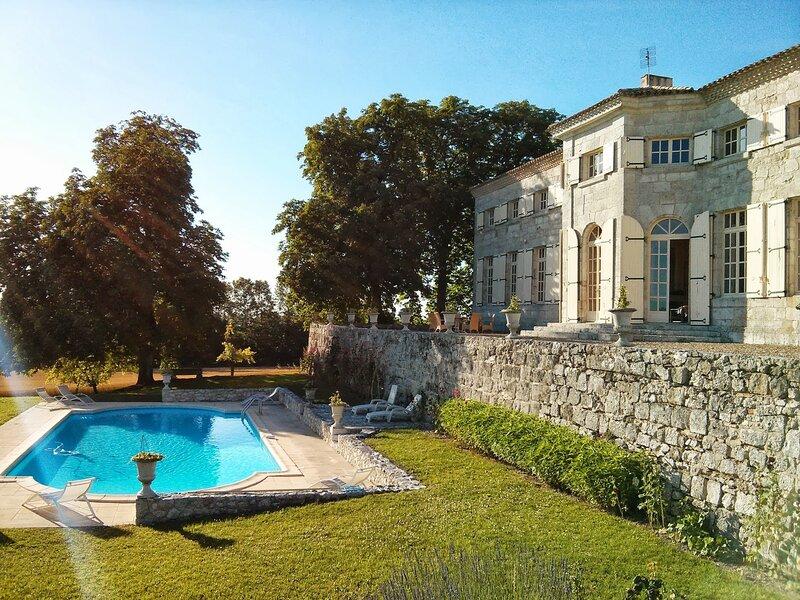 Charming Ancient property, 32 people, 14 bedrooms, 2 pools, billiards, Ferienwohnung in Saint Colomb de Lauzun