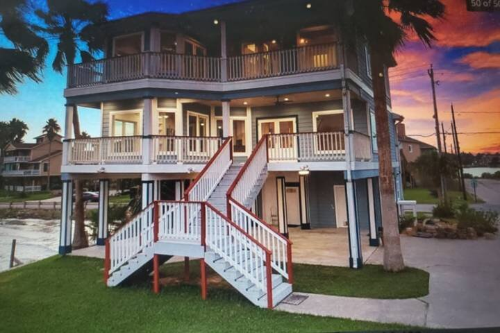 Newly Listed Bay Front Water View & Fishing Pier - Deck View of Kemah Boardwalk, casa vacanza a Bacliff