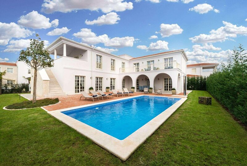 Luxury 4 bed 4 bath villa 4km from Novigrad, holiday rental in Cervar Porat