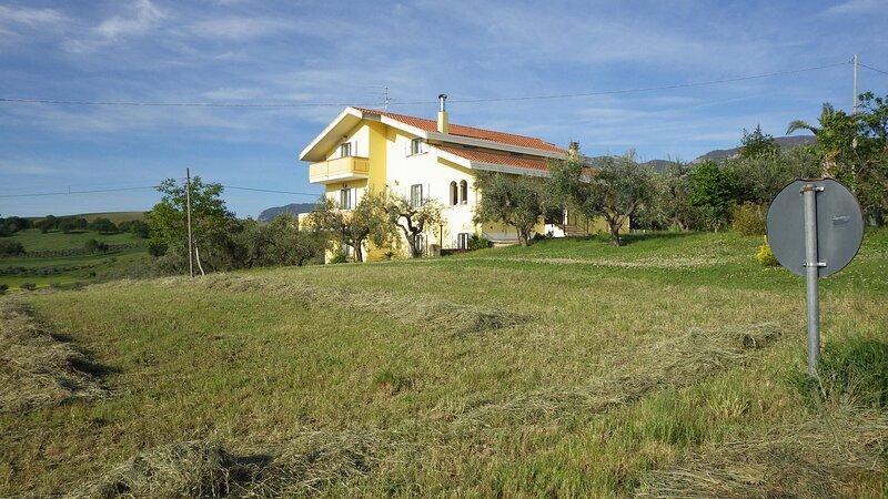 Spacious 6 bedroom villa with heated pool, aircon, wifi, sleeps 12+, holiday rental in Calascio