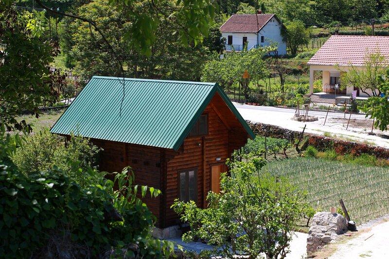 Bungalow with Garden View, casa vacanza a Virpazar