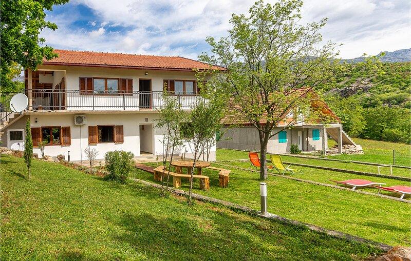 Stunning home in Muskovci with WiFi and 3 Bedrooms (CDA855), aluguéis de temporada em Gracac