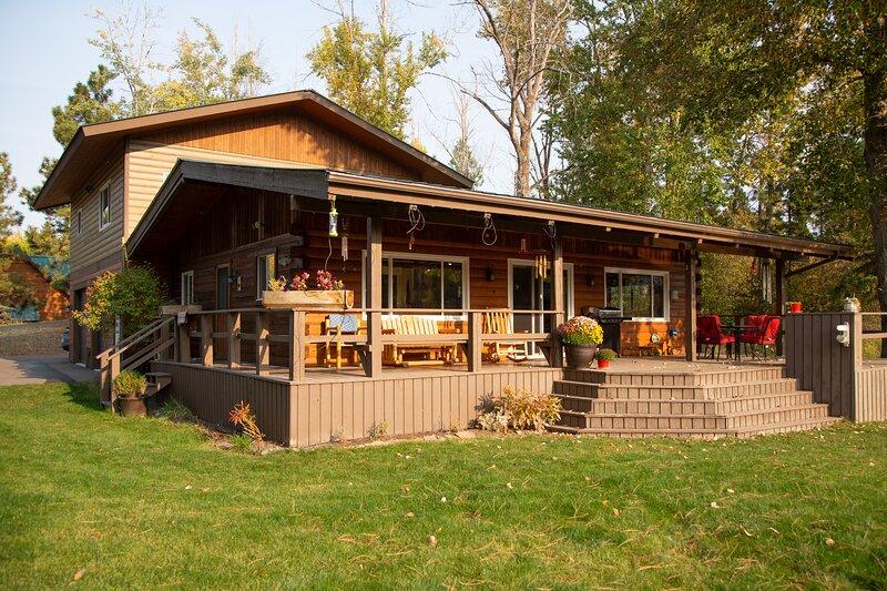 Rivers End Cabin on Flathead Lake, Walk To Bigfork, holiday rental in Woods Bay