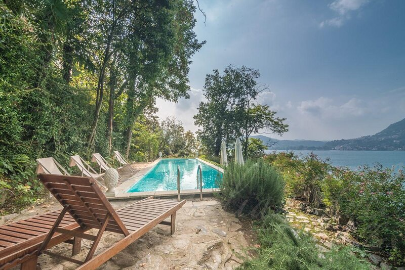 Spectacuraly Renovated Historic Villa overlooking the mesmerising Lake Como, holiday rental in Malgrate