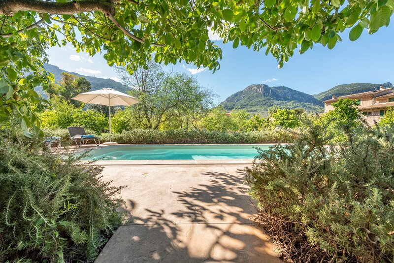 Sóller house close to the center, large flat orchard and pool., holiday rental in Orient
