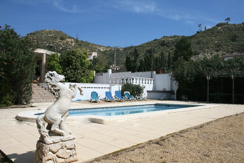 Busot detached villa with pool & mountain views, Alicante, holiday rental in Ibi