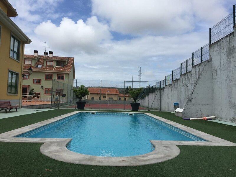 Apart. para 4 pers. en Palmeira con piscina, parking y pista de tenis., holiday rental in Ribeira