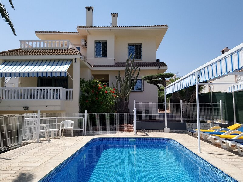 Fantastic villa, 5 bdr with pool & 200M to beach, aluguéis de temporada em Tortosa