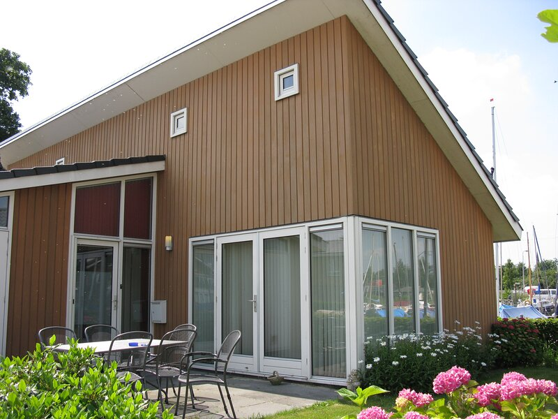 Wheelchair accesible 6-Bed Apartment by the lake, vakantiewoning in Castricum