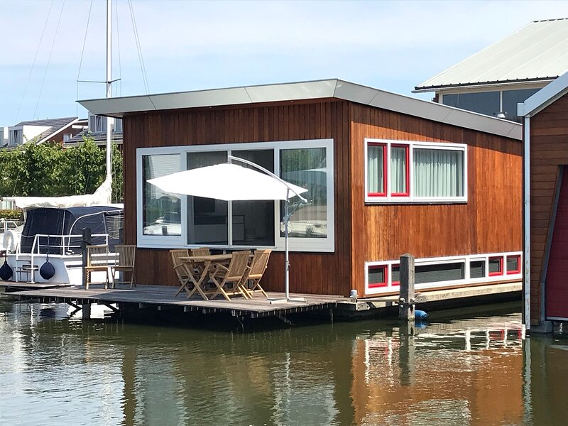 Lovely 6-Bed House by the lake de Woude, vakantiewoning in Castricum